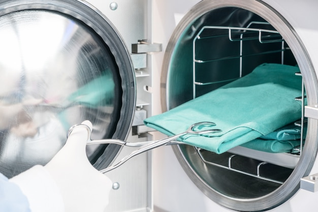 Maszyna do sterylizacji w autoklawie do czyszczenia narzędzi dentystycznych. cless b / wysoka jakość.