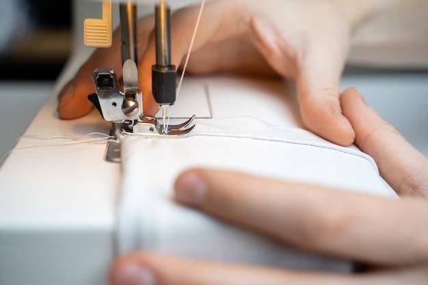Maszyna do szycia i element odzieży