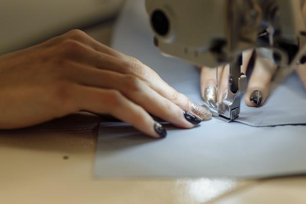 Maszyna do szycia masująca tkaninę. krawiectwo w fabryce.