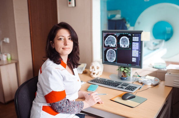 Maszyna mri i ekrany z lekarzem i pielęgniarką
