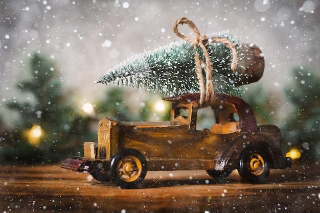 Maszyna niesie na dachu drzewo