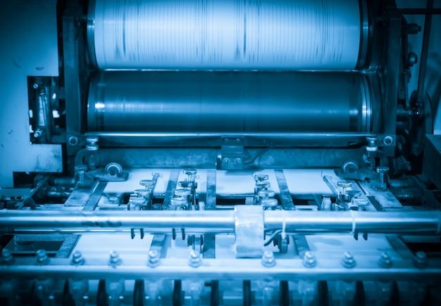 Maszyna offsetowa w procesie produkcyjnym w drukarni