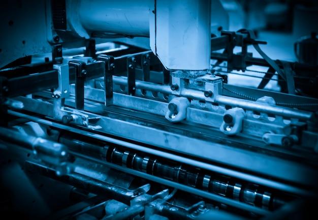 Maszyna offsetowa w procesie produkcyjnym znajduje się w drukarni