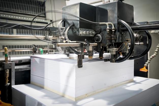 Maszyna Offsetowa W Procesie Produkcyjnym Znajduje Się W Drukarni Premium Zdjęcia