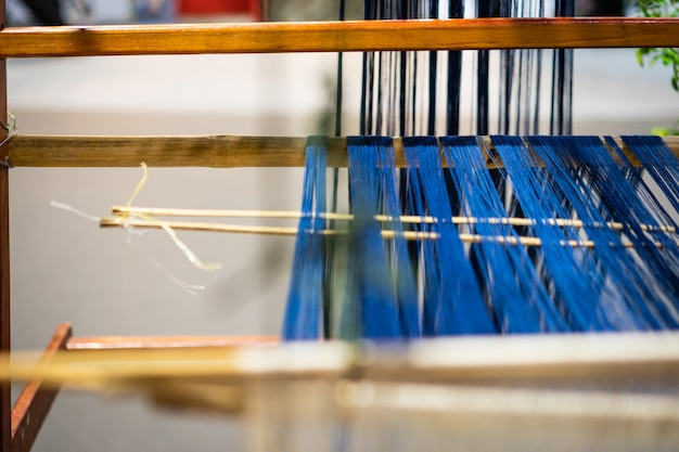 Maszyna tkacka, tkactwo domowe, do tkania tradycyjnego tajskiego jedwabiu. produkcja tekstyliów w tajlandii