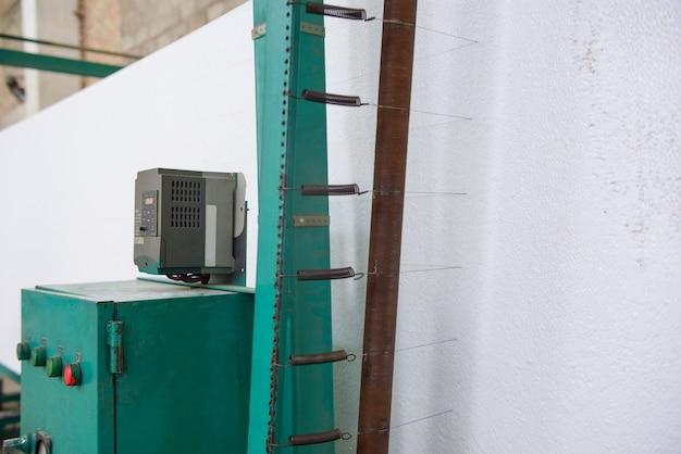 Maszyna tnie plastik piankowy. zakład do produkcji płyt warstwowych ze styropianu