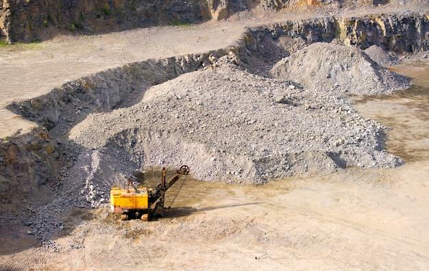Maszyna w kamieniołomie do wydobywania granitu