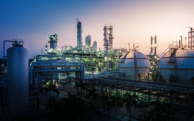 Maszyneria zakładu petrochemicznego o zachodzie słońca