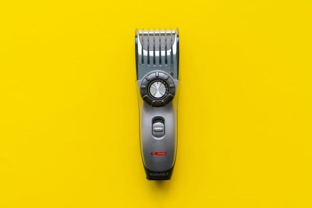 Maszynka do strzyżenia włosów na białym tle akcesoria fryzjerskie