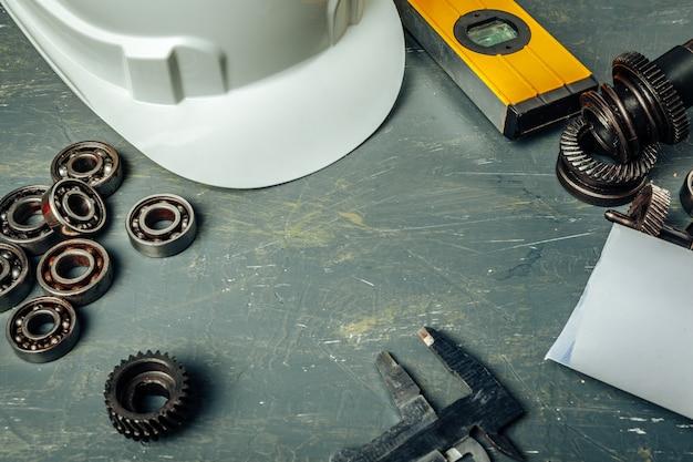 Maszynowego inżyniera narzędzia ustawiający na ciemnym drewnianym tle