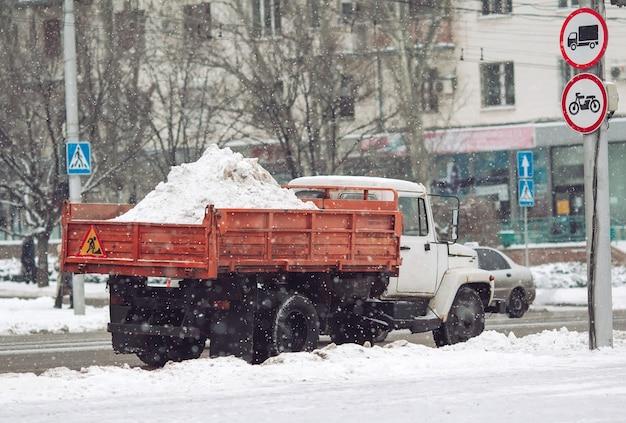 Maszyny do usuwania śniegu. ciężarówka obciążona śniegiem.