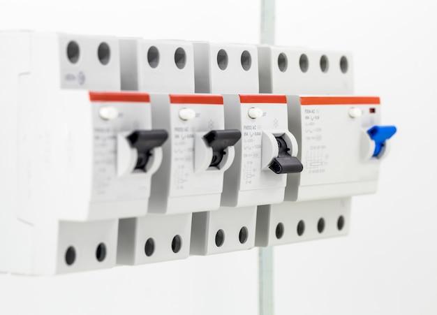 Maszyny elektryczne, przełączniki, na białym tle na biały, blisko