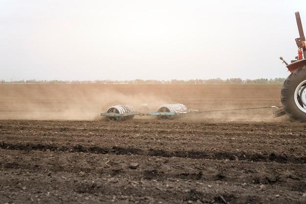 Maszyny rolnicze pracujące w terenie.