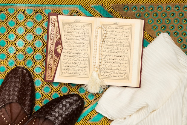 Mata ze zdjętymi butami, ręcznikiem i świętą księgą