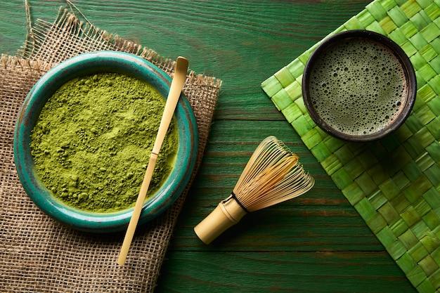 Matcha herbata w proszku bambusowy chasen i łyżka