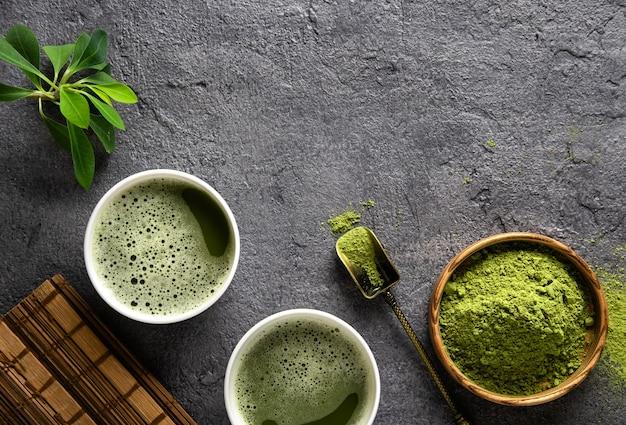 Matcha herbata w proszku i akcesoria do herbaty na ciemnym tle. herbaciana ceremonia. zdrowy napój. tradycyjny japoński napój.