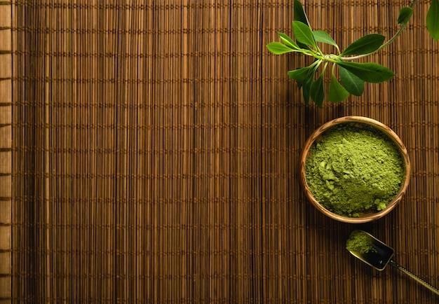 Matcha herbata w proszku i akcesoria do herbaty na tle bambusowej serwetki. herbaciana ceremonia. zdrowy napój. tradycyjny japoński napój.