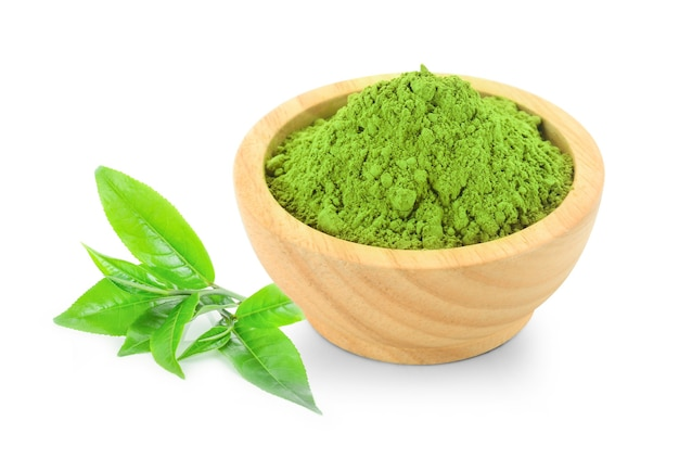 Matcha w proszku zielona herbata na białym tle