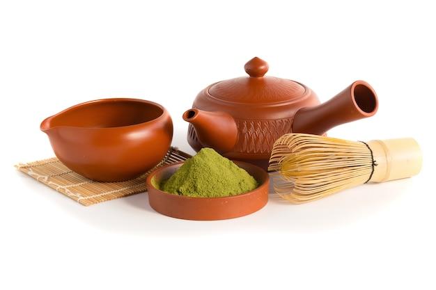 Matcha zielona herbata i japoński zestaw do herbaty. ceramiczny czajniczek i kubek do gotowania na parze.