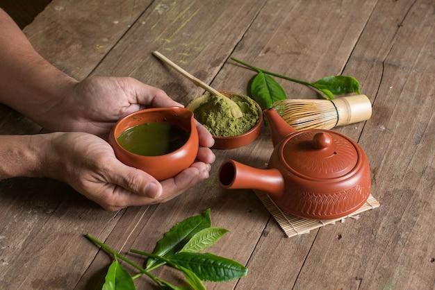 Matcha zielona herbata i japoński zestaw do herbaty. ceramiczny czajniczek