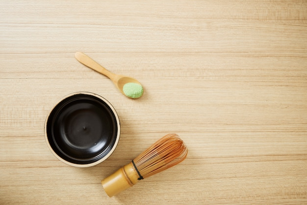 Matcha zielona herbata na drewnianym tle
