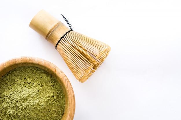 Matcha zielona herbata w miska odizolowywającej kopii przestrzeni