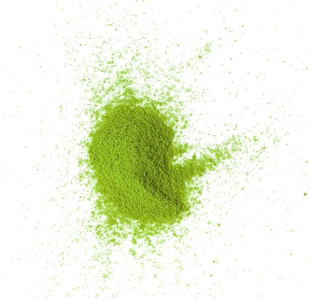 Matcha zielona herbata w proszku na białym tle na białym tle widok z góry
