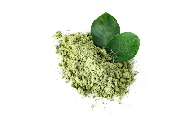 Matcha zielony proszek na białym tle