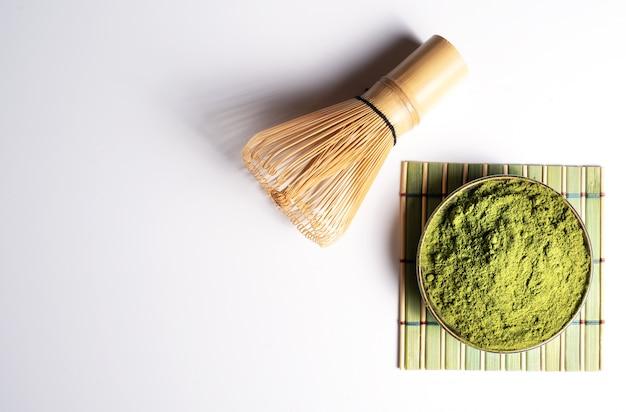 Matcha zielony proszek w misce i bambusie