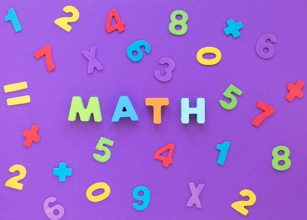 Matematyka słowo i kolorowe cyfry płaskie leżał
