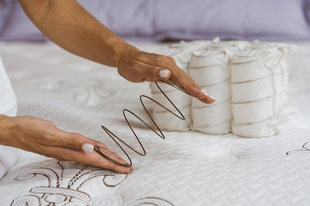 Materac sprężynowy w rękach kobiety