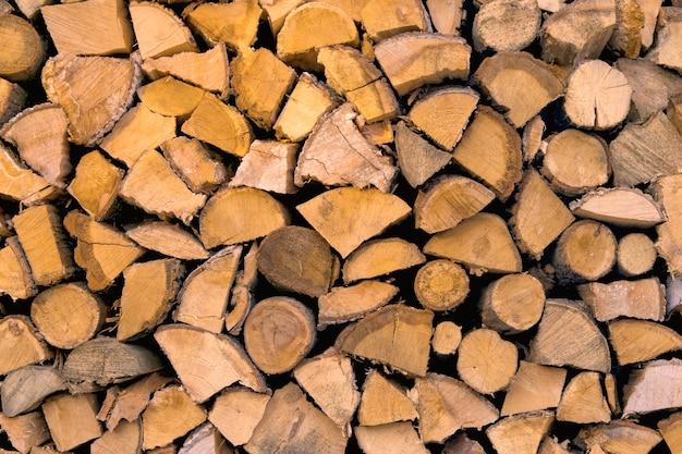 Materiał do ogrzewania domu. przygotowanie drewna opałowego na zimę. tło drewna opałowego. stos drewna opałowego.