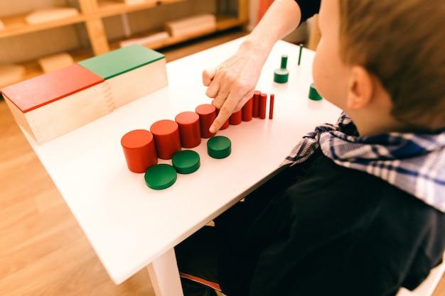 Materiał drewna montessori, klasa w szkole z kostkami matematycznymi