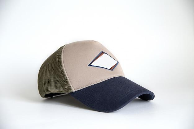 Materiałowa czapka do makiety projektu prezentowego klasy premium na białym tle