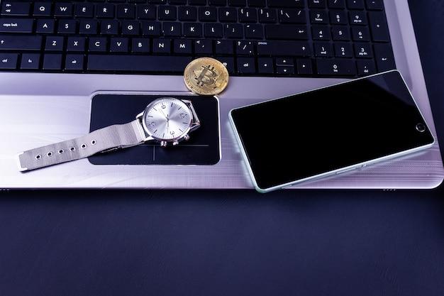 Materiały biurowe i monety bitcoin w obszarze roboczym, widok z góry