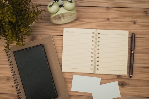 Materiały biurowe lub prace biurowe niezbędne narzędzia lub przedmioty na drewnie