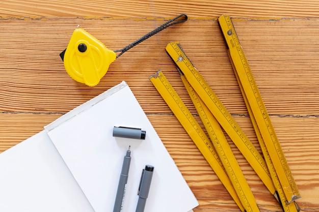 Materiały biurowe na drewniane tła