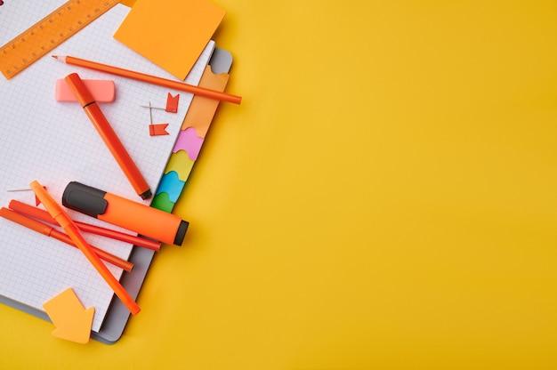 Materiały biurowe na otwarty notatnik zbliżenie. akcesoria szkolne lub edukacyjne, narzędzia do pisania i rysowania