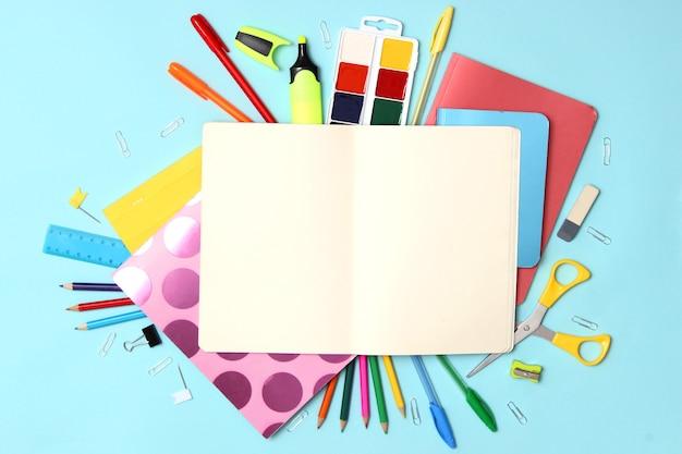 Materiały biurowe na zbliżenie kolorowe tło. powrót do koncepcji szkoły. zdjęcie wysokiej jakości