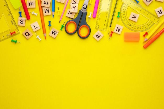 Materiały biurowe na żółto, powrót do koncepcji szkoły, kopia przestrzeń