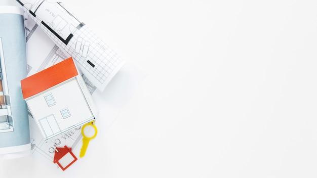 Materiały biurowe nieruchomości na białym tle