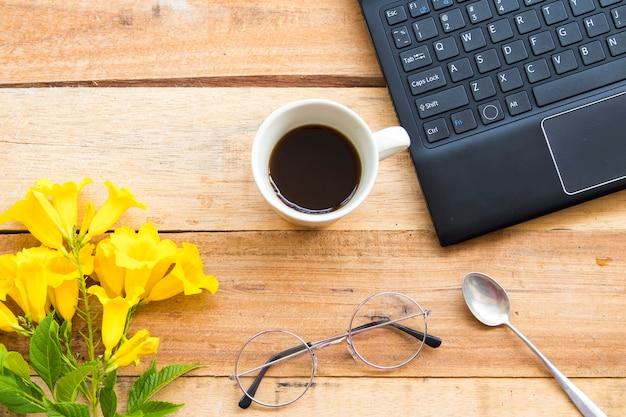 Materiały biurowe notebook do pracy biznesowej z gorącą kawą