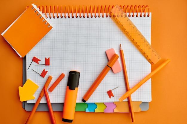 Materiały biurowe, otwarty notatnik, widok z góry, zbliżenie. akcesoria szkolne lub edukacyjne, narzędzia do pisania i rysowania