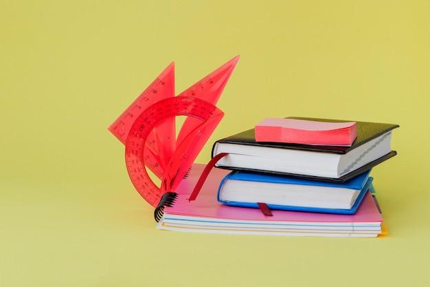Materiały biurowe szkolne. kreatywne biurko z kolorową papeterią