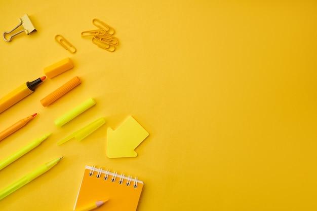 Materiały biurowe, wszystkie w żółtych odcieniach. akcesoria szkolne lub edukacyjne, narzędzia do pisania i rysowania