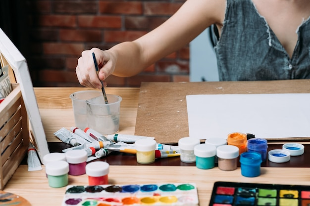 Materiały dla artystów. wybór pędzli malarskich