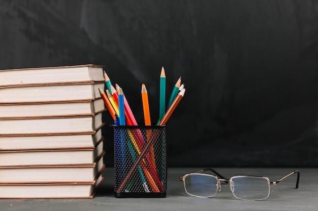 Materiały dla nauczycieli przy stole