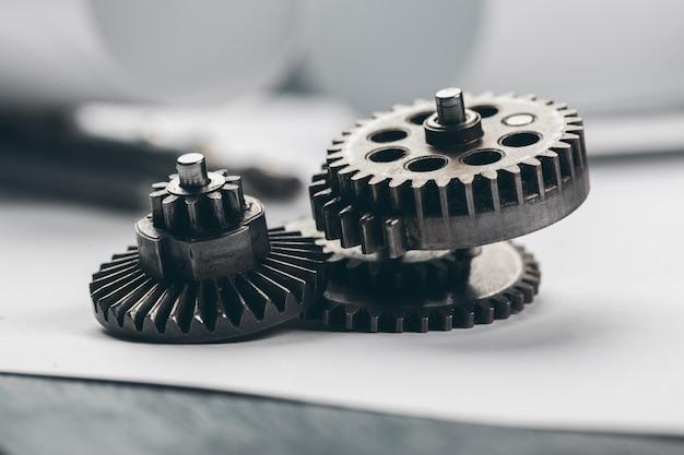 Materiały inżynieryjne i plany na miejscu pracy z bliska