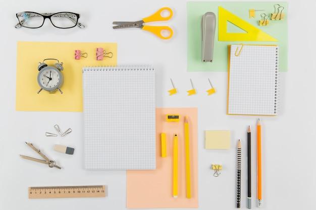 Materiały piśmienne widok z góry na stole