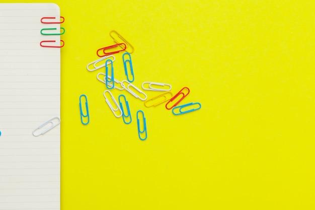 Materiały szkolne na żółtym tle. kreatywny, edukacyjny